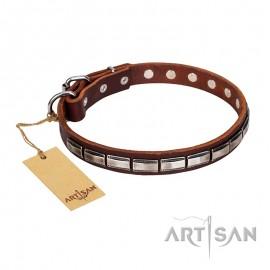 Enges Lederhalsband mit rechteckigen Platten